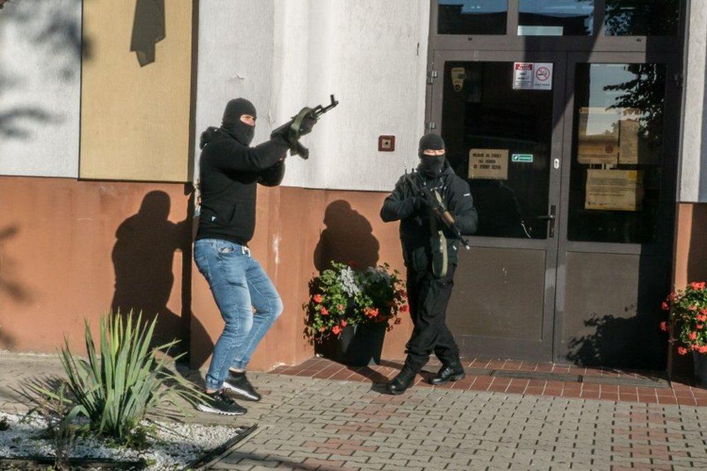 Stan zagrożenia. Maile o bombach paraliżują Polskę.